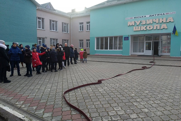 У Вараші рятувальники провели тактико-спеціальні навчання у музичні школі