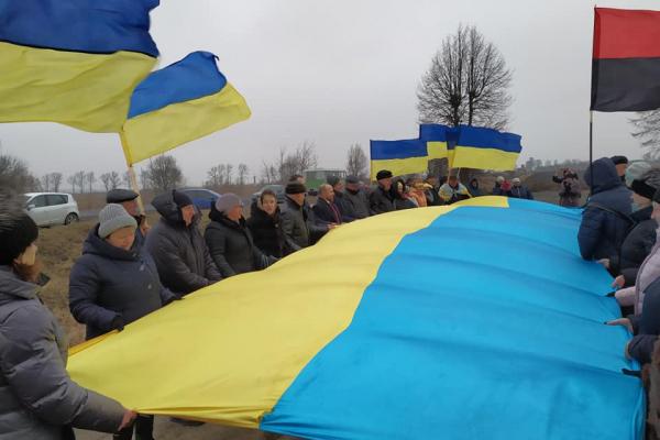 До Дня Соборності України жителі Костопільського та Березнівського району влаштували спільну символічну акцію