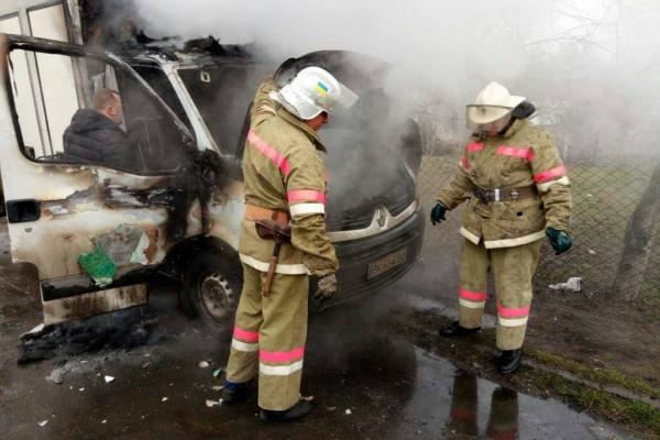 Рівненські вогнеборці рятували вантажний автомобіль (фото)