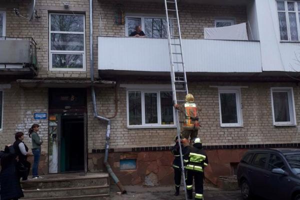 Рівненські рятувальники допомогли медпрацівникам потрапити до помешкання важкохворої жінки