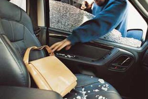 Рівнянам радять не залишати цінні речі в авто