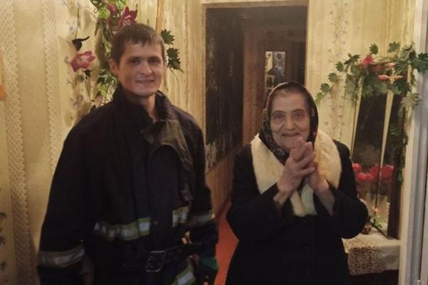У Вараші рятувальники допомогли пенсіонерці потрапити до власної оселі