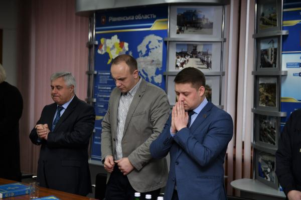 У Рівненській ОДА молилися та говорили про мир в Україні