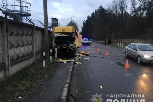 На Рівненщині фургон зіткнувся із вагоном тепловоза і травмував регулювальника (ФОТО)