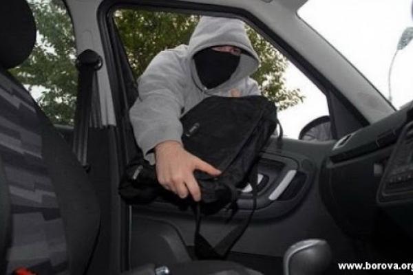 Рівнянин викрав сумку із комунального автомобіля