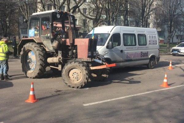 На проспекті Генерала Безручка у Рівному не розминулися трактор і мікроавтобус