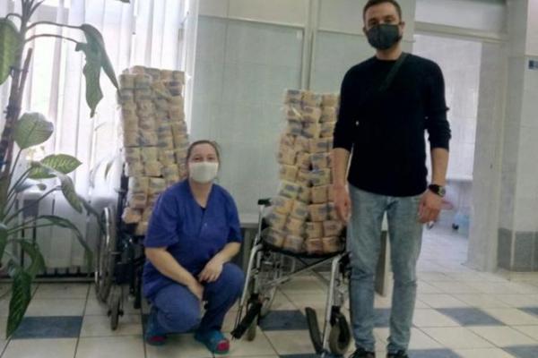 Міській лікарні Рівного допомагають, чим можуть: хто папером, хто шипшиною, а хто - безкоштовним таксі