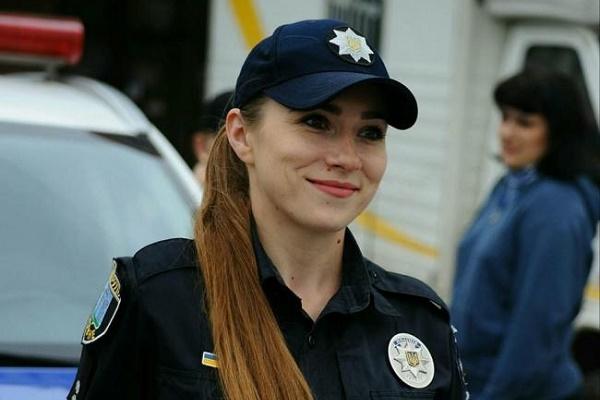 Рівненська патрульна поліцейська впіймала крадія у магазині, а її - нагородили