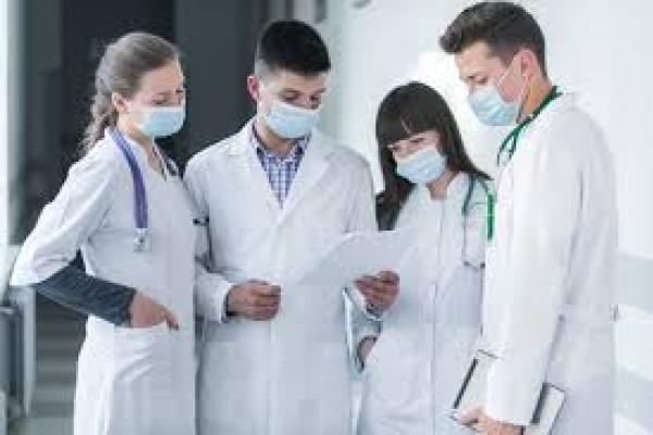 Медпрацівники, які борються з COVID-19, отримуватимуть втричі більшу оплату праці