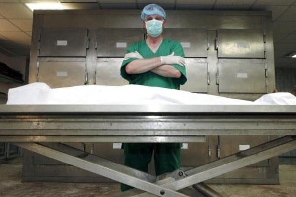 Патологоанатом і медсестра заразились на COVID-19 після розтину