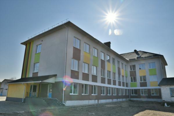 На Володимиреччині завершують зведення нової сучасної школи