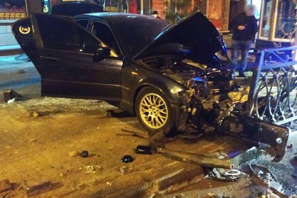У Рівному водій «BMW» розтрощив металевий паркан (фото)