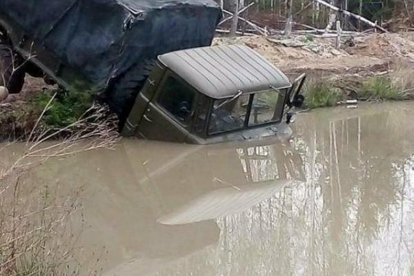 На Рівненщині бурштинокопачі втопили вантажівку