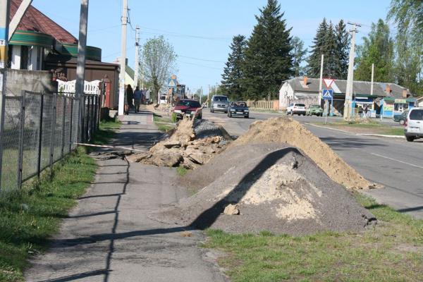 У Зарічному прокладають тротуар вартістю в 190 тисяч гривень