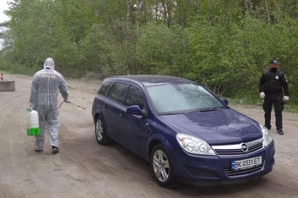 На одному із блокпостів Рівненщини рятувальники продезінфікували близько семисот транспортних засобів