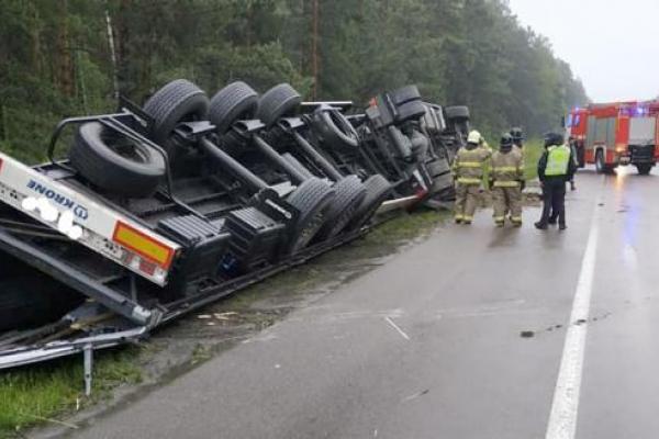На трасі Київ-Ковель вантажівка злетіла у кювет