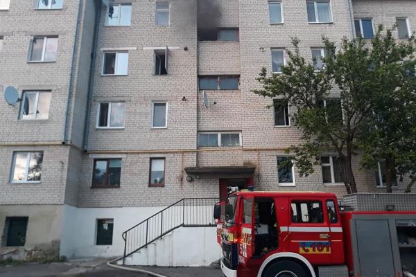 На Рівненщині з пожежі у багатоквартирному будинку врятували двох дітей та евакуювали 16 мешканців