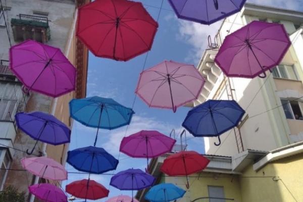 У Рівному з'явилася своя алея різнокольорових парасольок (Фото)