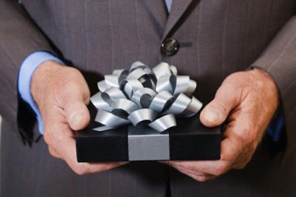 Что подарить начальнику в день его рождения?