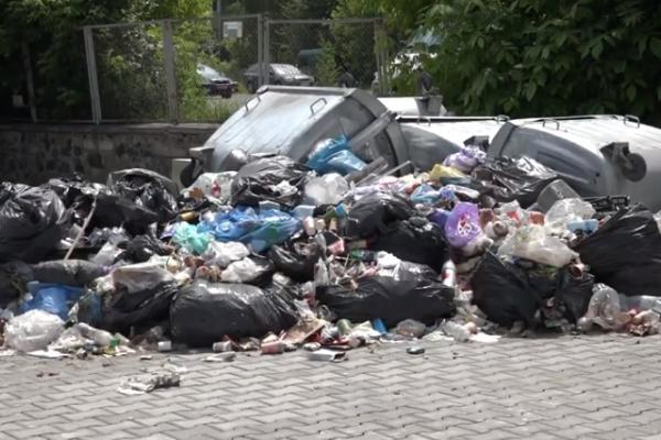 На Рівненському автовокзалі виросли гори сміття (ВІДЕО)