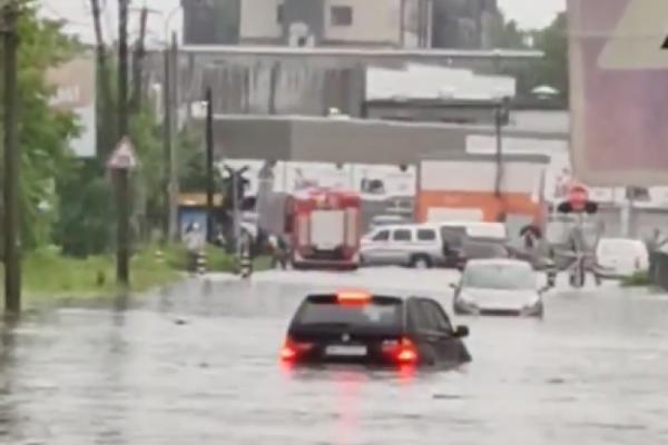 У Рівному під час зливи потонув позашляховик (ФОТО)