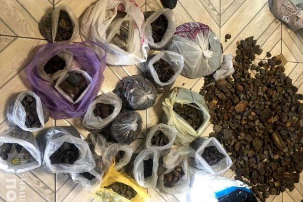 На Рокитнівщині працівники поліції вилучили близько 140 кілограмів бурштину