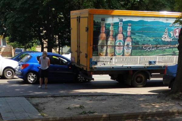У Рівному легковик в'їхав у прикарковану вантажівку (фотофакт)