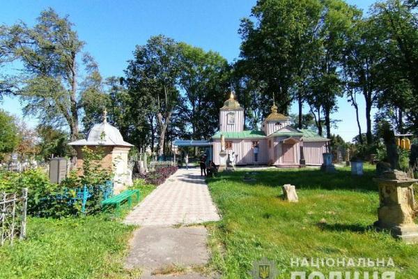 У Рівному шукають хуліганів, які розбили пам'ятники на кладовищі