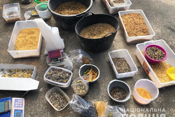 Понад 200 кг «сонячного каменю» вилучили на Рівненщині (ФОТО, ВІДЕО)