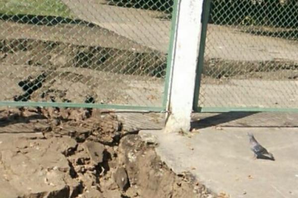 У Рівному біля воріт школи утворилося глибоке провалля (Фото)