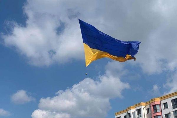 Прапор-рекордсмен підняли у Рівному на День незалежності