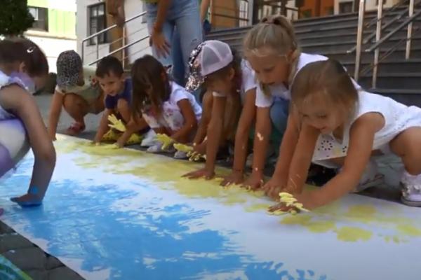 Вихованці рівненського «BabyLand» створили жовто-блакитний стяг (ВІДЕО)