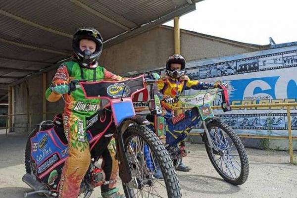 Віталій Коваль передав мотоцикл для рівненського спідвеїста Романа Капустіна