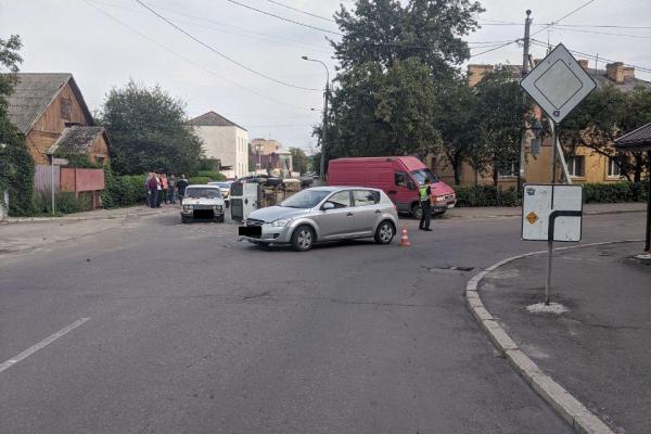 У Рівному внаслідок ДТП травмувалася водійка та неповнолітня пасажирка