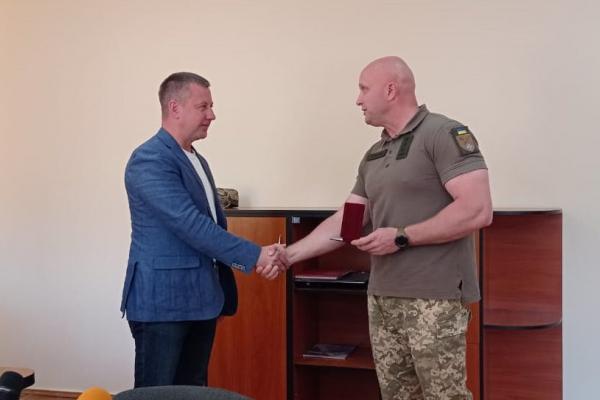 Голові ГО «Рівне Разом» Віктору Шакирзяну вручили відзнаку від українських воїнів
