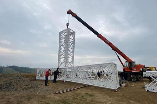 На горі у Карпатах встановлюють 25-метровий хрест із підсвіткою (ФОТО)
