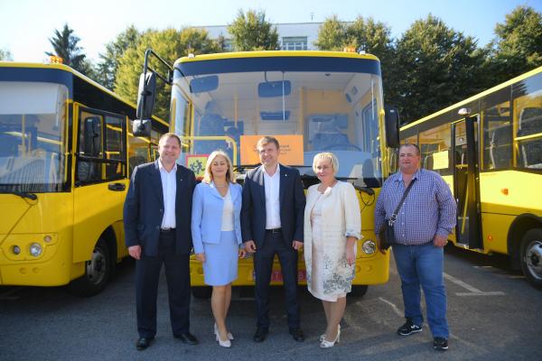 У райони та ОТГ Рівненщини передали 15 шкільних автобусів