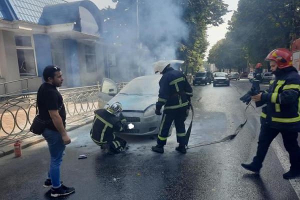 У Рівному посеред вулиці спалахнув автомобіль