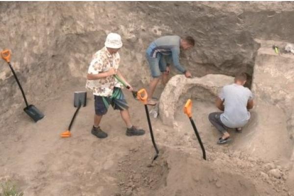 Археологи знайшли на Рівненщині обручку та інші артефакти 11-го століття (Відео)