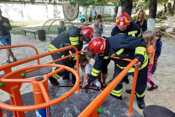 Рівненські рятувальники надали допомогу дитині на дитячому майданчику (ФОТО)