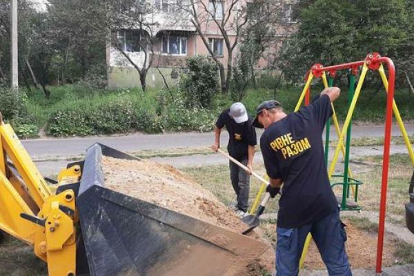 Волонтери «Рівне Разом» допомагають вирішити проблеми, на які влада не звертає уваги