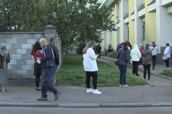 На вулицях Рівного масові черги за ПЛР-тестами (Відео)
