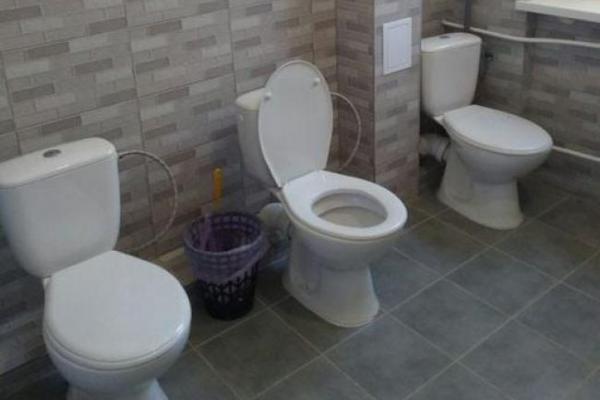 У школі в Рівному відремонтували туалет для дівчат, але не встановили перегородок