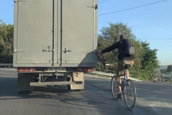 Рівненський велосипедист, що тримався за вантажівку, повеселив мережу