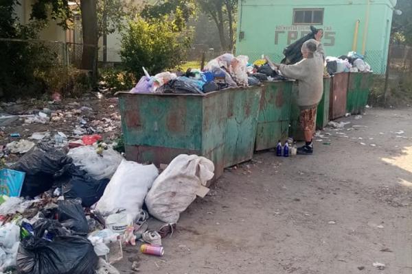 «Сміттям можна ями залатати»: дубенчани скаржаться на переповнені контейнери та гори мотлоху (Фото)