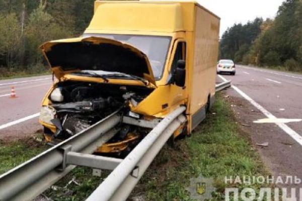 У ДТП на Рівненщині загинув водій буса. Авто протаранило відбійник