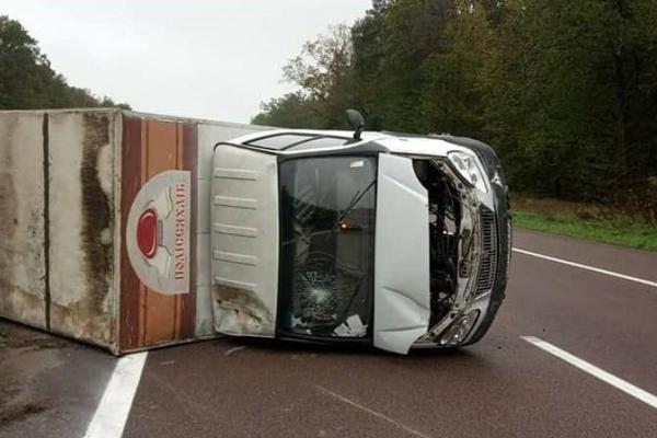 ДТП на Рівненщині: хлібовоз не розминувся з легковою автівкою (Фото)