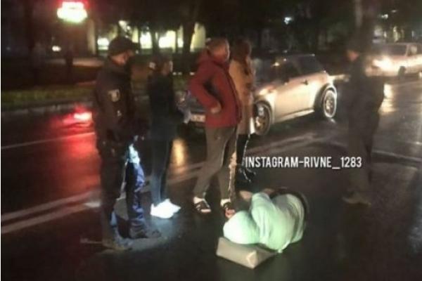 У Рівному MINI Cooper на польських номерах збив жінку (Фото)