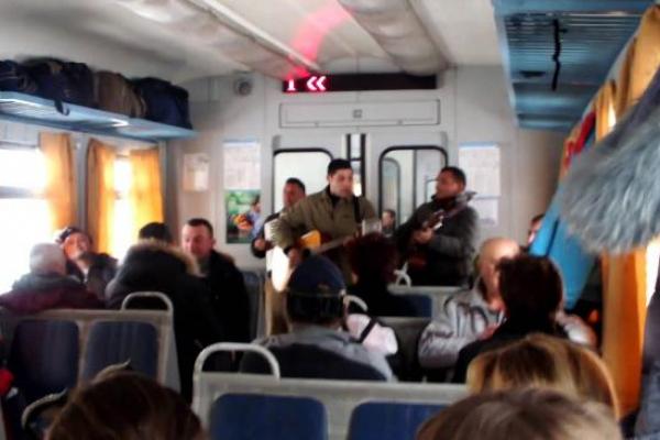 Цигани у поїзді на Рівненщині побили двох молодих хлопців