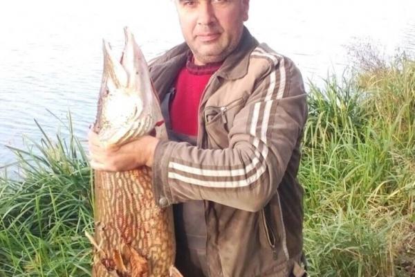 Рибалка з Рівненщини упіймав гігантську щуку (ФОТО)